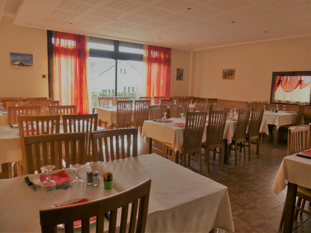 Salle du restaurant Poujol Chez Ricou au Massegros